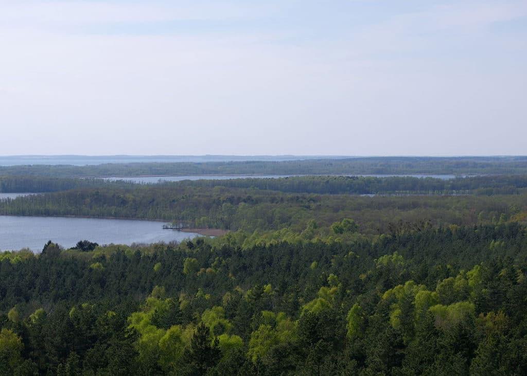 Nationalpark mit Wald und See