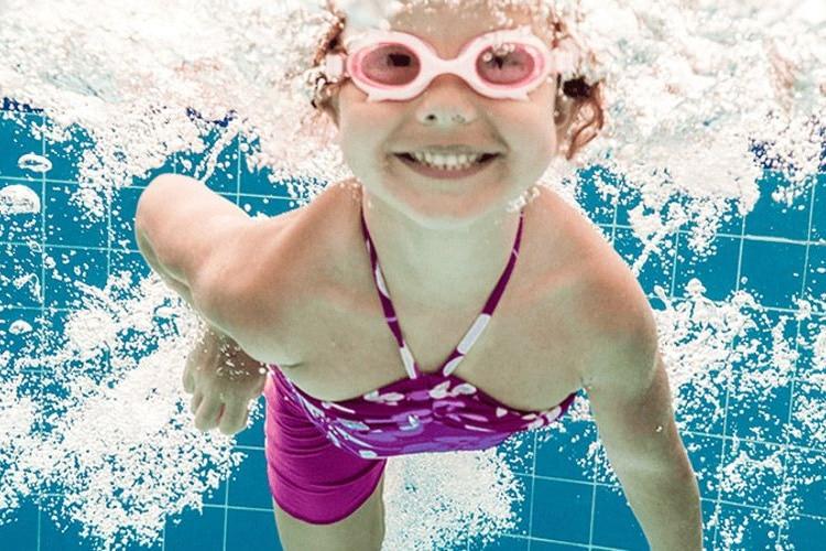 Vor allem für Kinder ist beim Baden ein Gehörschutz empfehlenswert