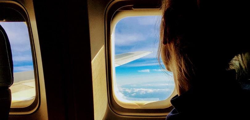 Frau im Flugzeug