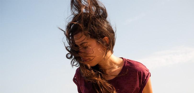 Frau im Wind