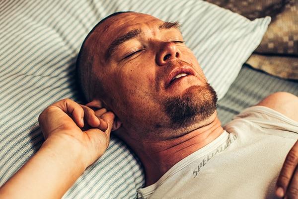 Schlafender Mann mit Gehörschutz von Neuroth