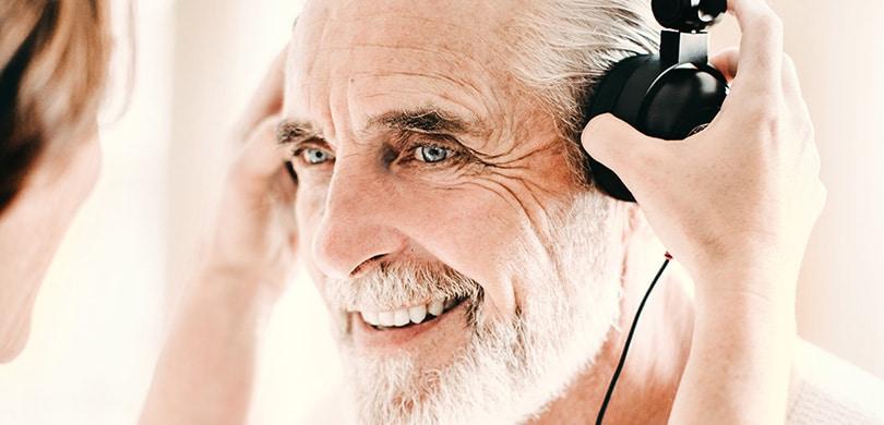 Mann mit Kopfhörer beim Hörtest