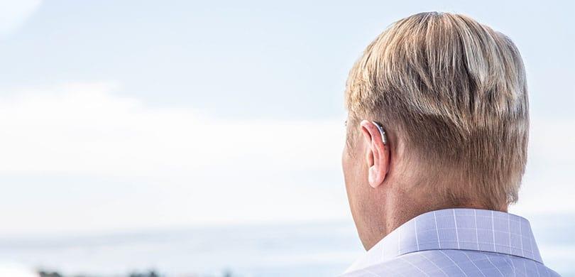 Hörbotschafter Mika Häkkinen mit Hörgerät