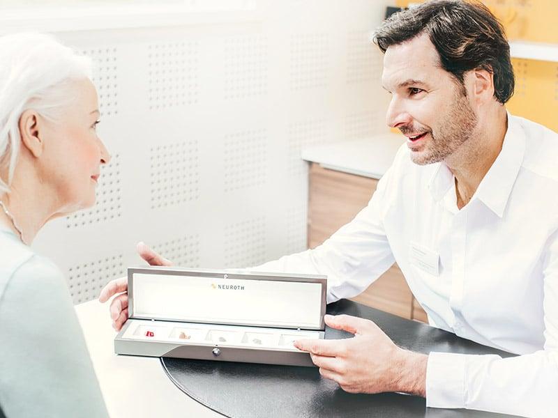Femme en train d'être conseillée à propos d'appareils auditifs