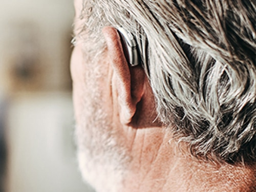 Vue de dos d'une oreille avec appareil auditif