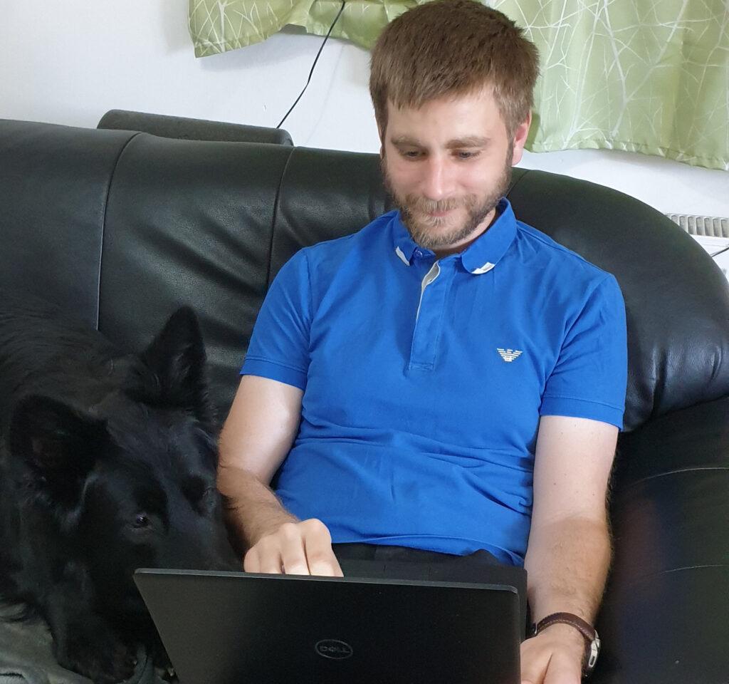Stefan hat dank seiner Hörgeräte alle Töne direkt im Ohr – und sein Hund hat alles im Blick.