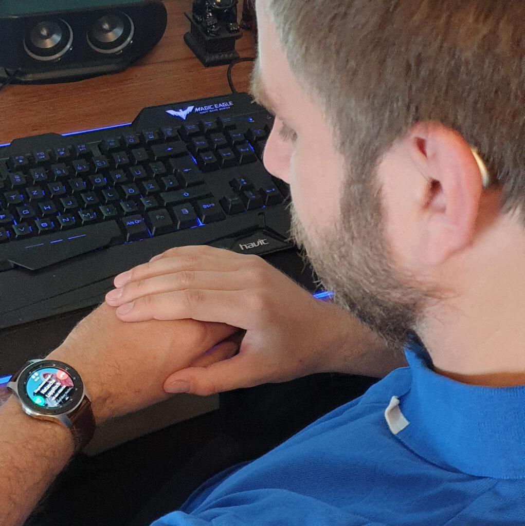 Ob mit Smartwatch oder Smartphone, Stefan ist immer bestens verbunden.