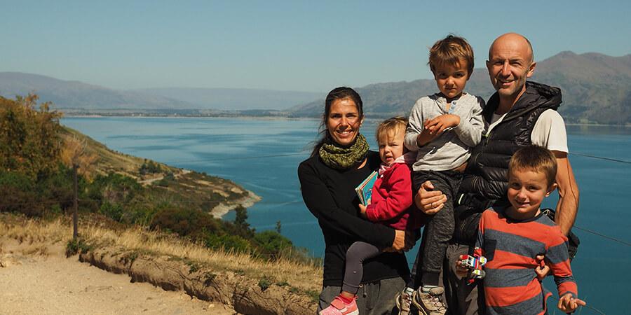 Familie und Kind mit Hörgeräten vor dem Meer