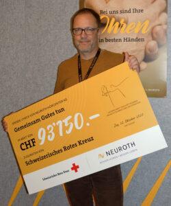 Guy Schleiniger, directeur commercial de Neuroth Suisse et Liechtenstein, avec le chèque de don.