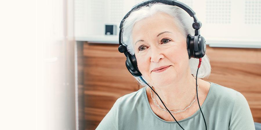 Une femme avec casque lors d'un test auditif